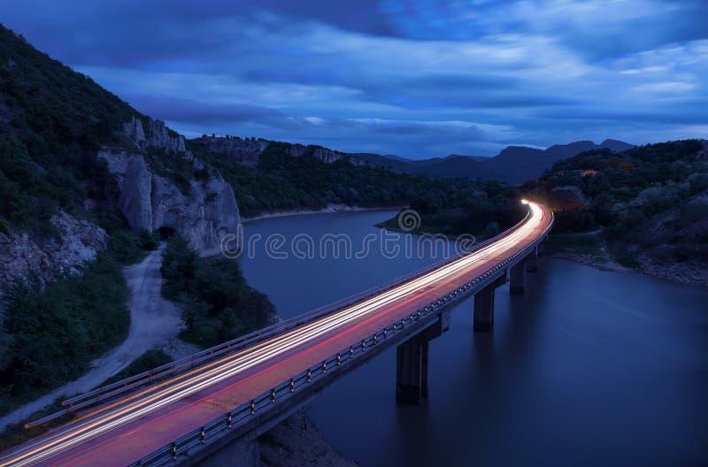Det storartade landskapet, nightscape med ljusslingor och vaggafenomenet det underbart vaggar det Balkan berget, Bulgarien royaltyfria foton