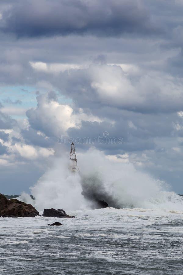Det stormiga havet och fyren arkivfoton