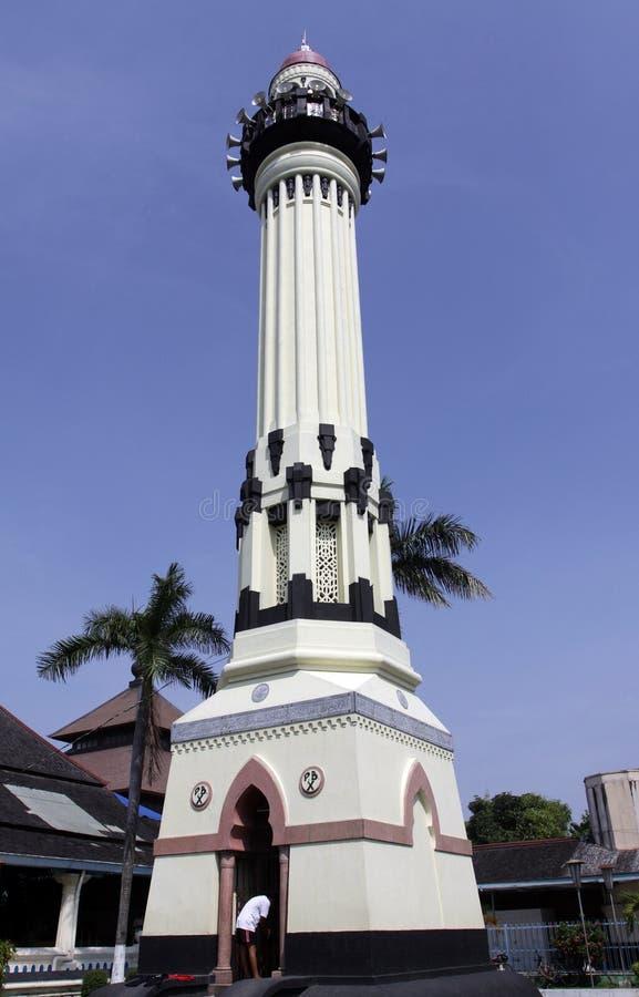 Det storslagna moskétornet hägrade högt i borggården bredvid den storslagna moskén byggdes det höga tornet 33-meter under Pakubow royaltyfri bild