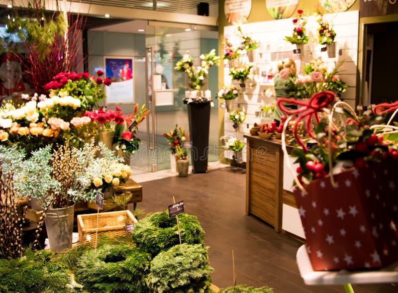 Det suddiga skottet av den lilla blomsterhandlaren shoppar sälja julgarnering, framlägger och blommar arkivfoton