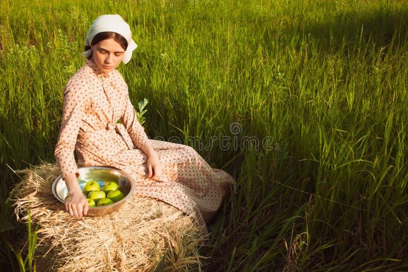 Det sunda lantliga livet Kvinnan i det gröna fältet royaltyfria foton