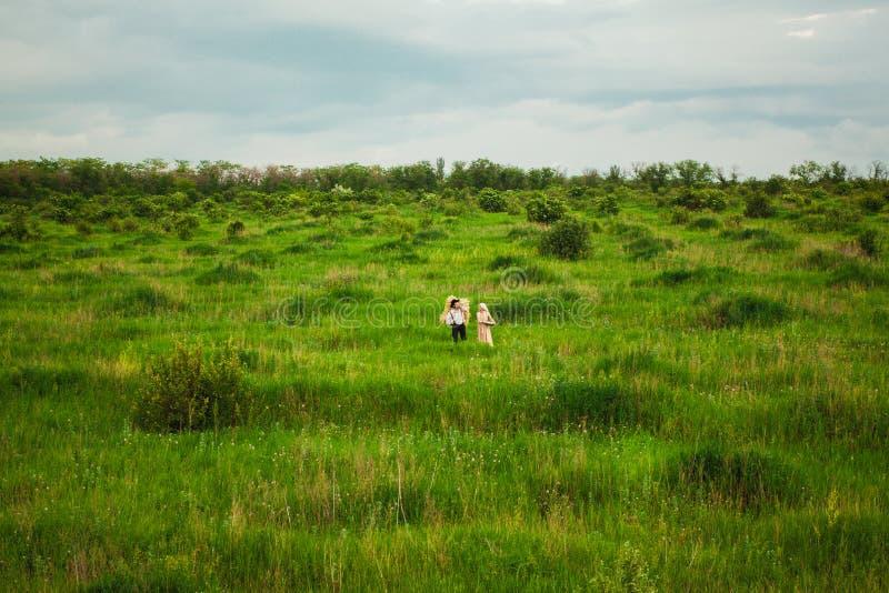 Det sunda lantliga livet Kvinnan och mannen i det gröna fältet arkivbild