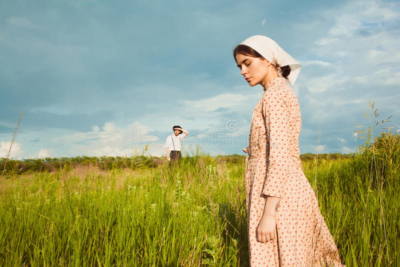 Det sunda lantliga livet Kvinnan och mannen i det gröna fältet royaltyfri bild