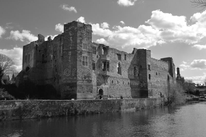 Det svartvita fotoet av den Newark slotten fördärvar i England royaltyfri fotografi