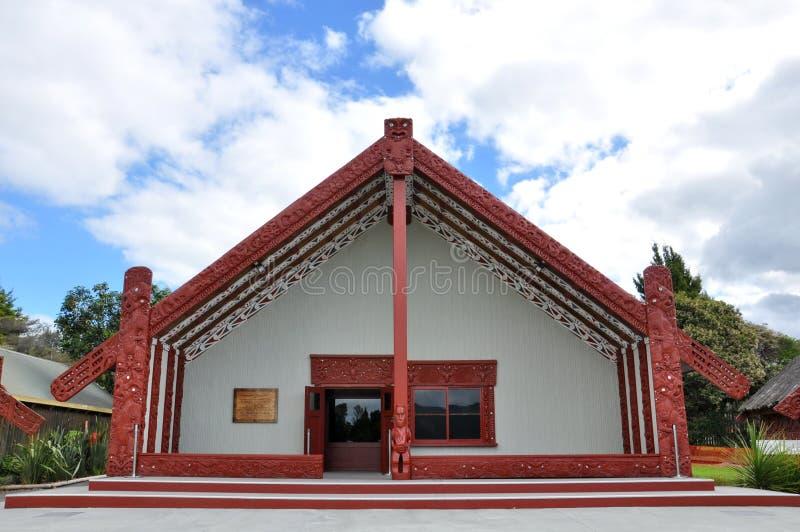 Det Tamaki Maori mötehuset på den Whakarewarewa thermalen parkerar arkivfoton