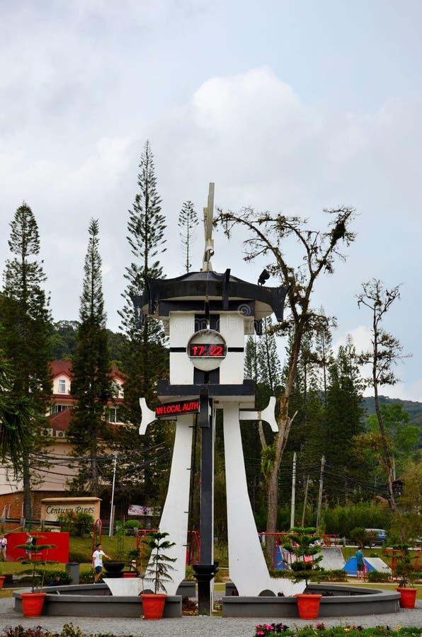 Det Tanah Rata klockatornet med tid- och temperaturläsningar i central stad parkerar Cameron Highlands Malaysia arkivbilder