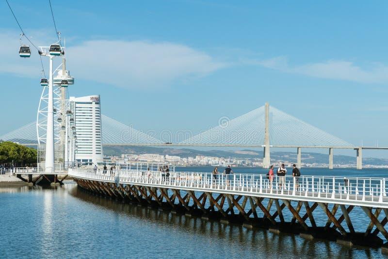 Det Telecabins kabelbilar och folket parkerar in av nationer i Lissabon arkivfoton