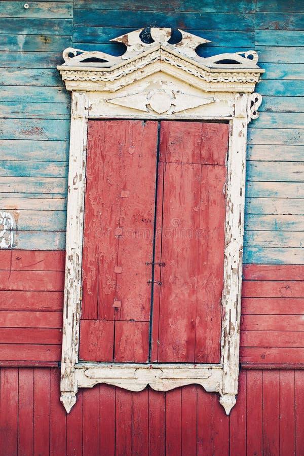 Det texturerade tappningfönstret och gamla stenväggen tapetserar bakgrund arkivbilder