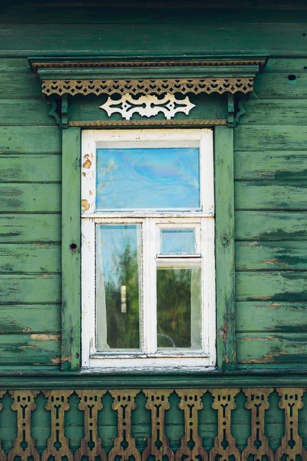 Det texturerade tappningfönstret och gamla stenväggen tapetserar bakgrund royaltyfri bild