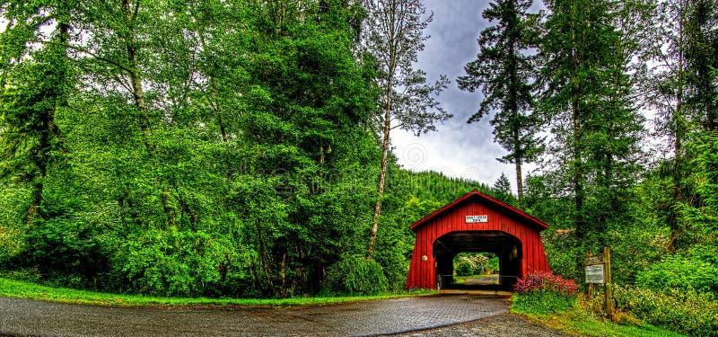 det 20th århundradet täckte bron i västra Oregon HDR arkivfoto