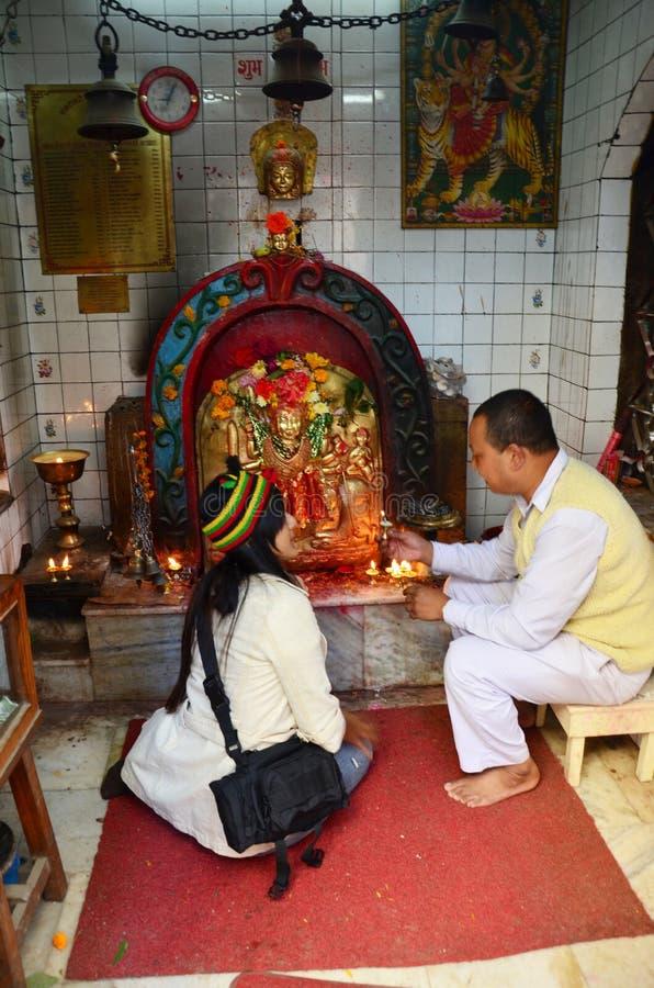 Det thailändska folket ber med den Kali Hindu gudinnastatyn i gudhus på Thamel royaltyfria bilder