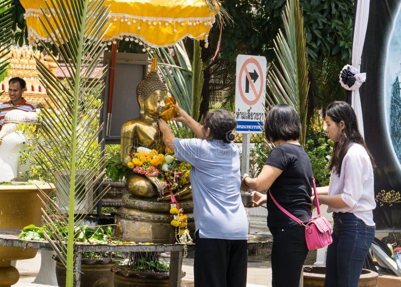 Det thailändska folket firar den Songkran festivalen, genom att hälla vatten över Buddhastatyn för att betyda att rentvå för det  royaltyfri foto