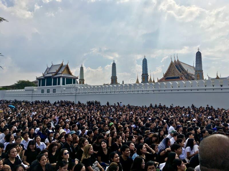 Det thailändska folket sörjer för konungen Bhumibol arkivbild