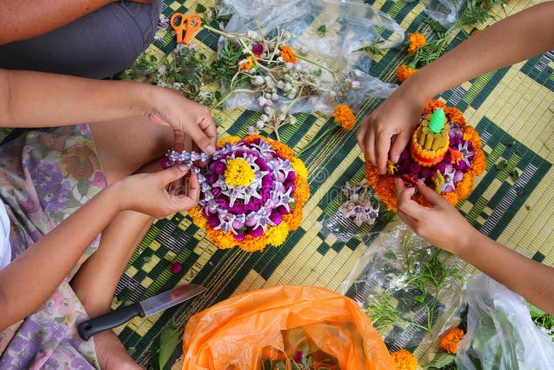 Det thailändska lokala folket gör blomman att bowla arkivfoton