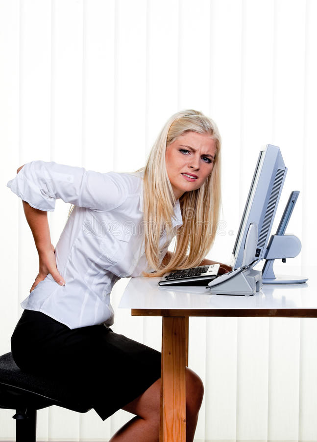 det tillbaka kontoret smärtar kvinnan arkivfoto