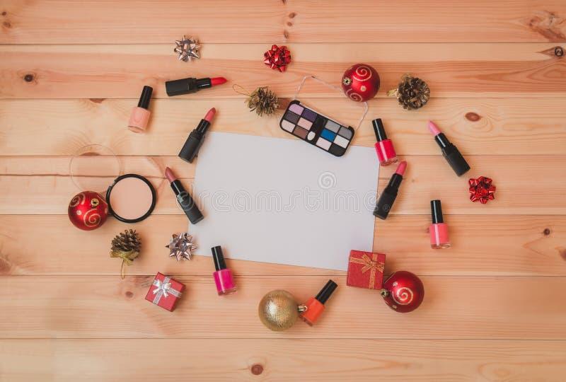 Det tomma kortet för din text som omges av dekorativa skönhetsmedel, spikar polermedel, julgarneringar och gåvor arkivbild
