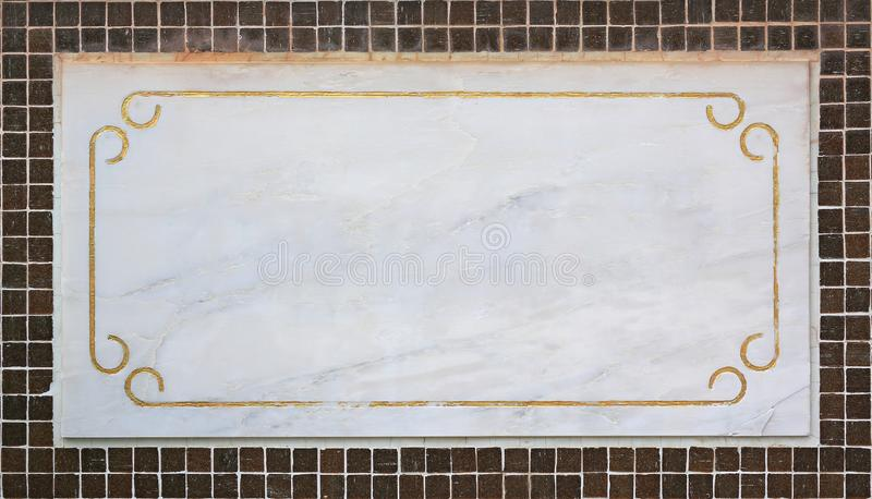 Det tomma mellanrumet marmorerar etiketten på tegelplattaväggen royaltyfri fotografi