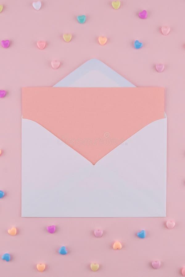 Det tomma rosa kortet i vit packar in royaltyfria foton