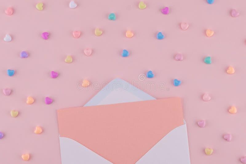 Det tomma rosa kortet i vit packar in royaltyfri foto