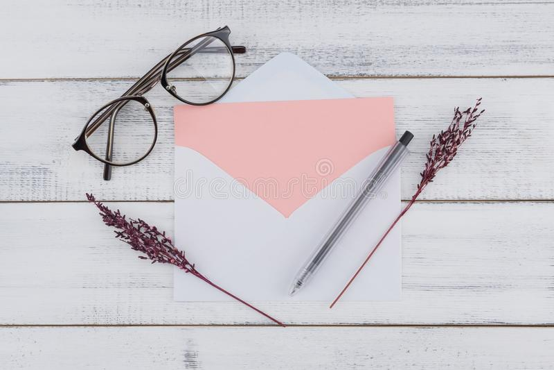 Det tomma rosa kortet i vit packar in, glasögon royaltyfri bild