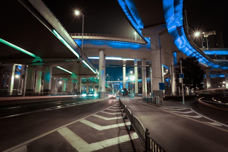 Det tomma väggolvet med staden höjde bron av natten arkivbild