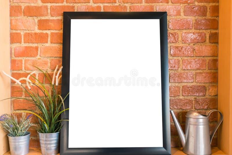 Det tomma vita brädet på tegelstenväggen för annonserar meddelandet fotografering för bildbyråer