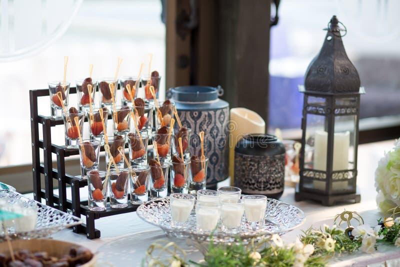 Det torkade datumet gömma i handflatan frukter, eller kurmaen, ramadan mat med mjölkar bruk i bröllopdag arkivfoton