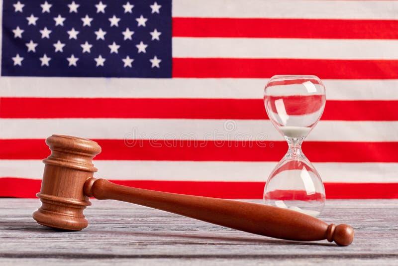 Det träauktionsklubban och timglaset på USA sjunker bakgrund fotografering för bildbyråer