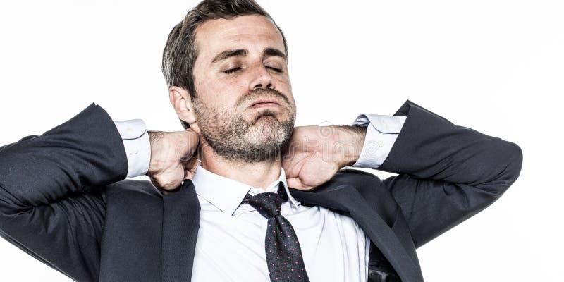 Det trötta barnet uppsökte affärsmannen som kopplar av hans stramade åt hals från utmattning royaltyfria foton