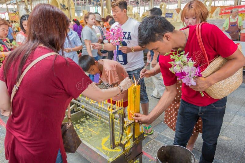 Det traditionella buddistiska folket går till templet för den Makha Bucha för religiösa ceremonier dagen arkivfoton