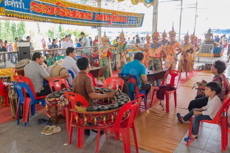 Det traditionella buddistiska folket går till templet för den Makha Bucha för religiösa ceremonier dagen arkivbilder