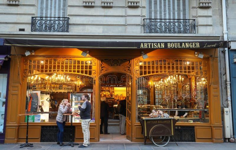 Det traditionella franska bagerit shoppar en lafontaine du Fördärva som lokaliseras nära Eiffeltorn i Paris, Frankrike royaltyfri bild