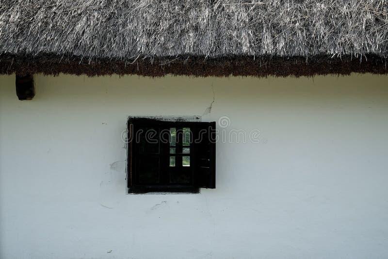 Det traditionella huset med halmtäcker taket royaltyfri bild