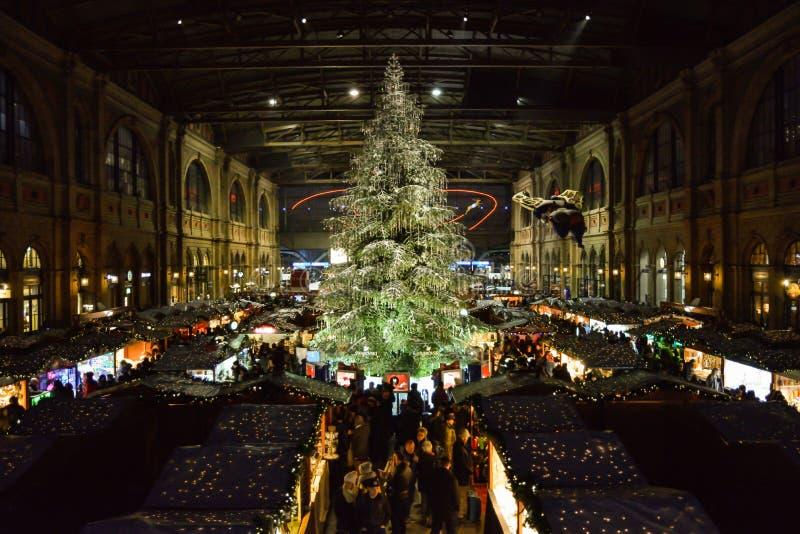 Det traditionella julträdet på jul marknadsför på den Zurich strömförsörjningen tr arkivfoton