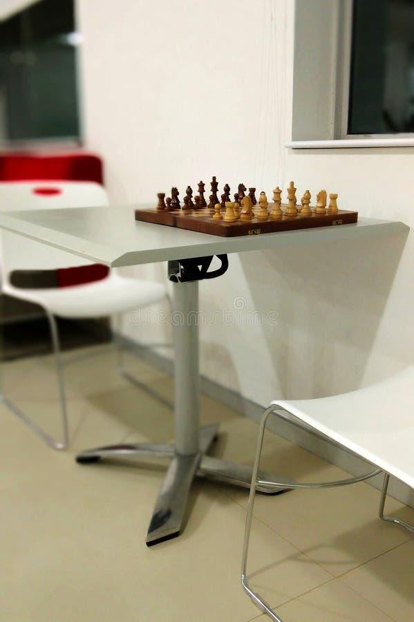 Det traditionella schackstycket på schackbrädet som är klart att spela royaltyfri bild