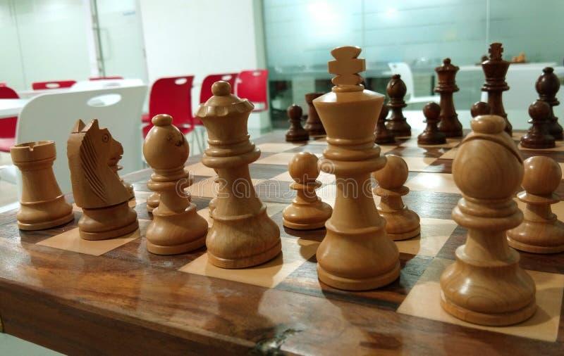 Det traditionella schackstycket på schackbrädet som är klart för strid arkivfoto
