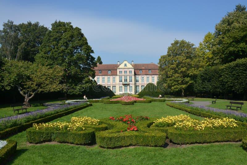 Det trevliga huset parkerar in royaltyfri foto