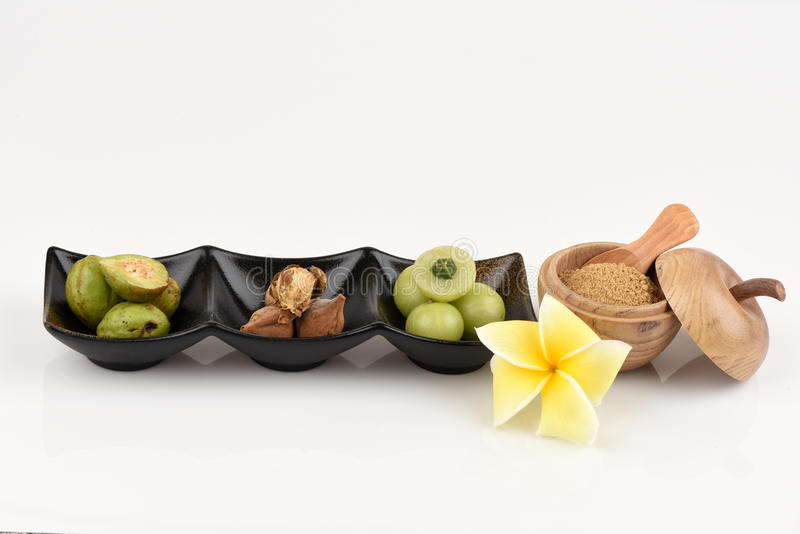 Det Triphala (thai namn) hjälpmedlet tre frukter innehåller den Terminalia belericaen (Gaertn ) Roxb ) Terminalia chebula Retz oc royaltyfria foton
