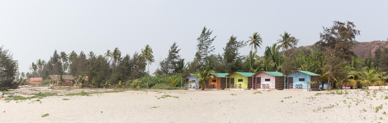 Det tropiska paradiset är en sandig strand med färgrika bungalower arkivfoton