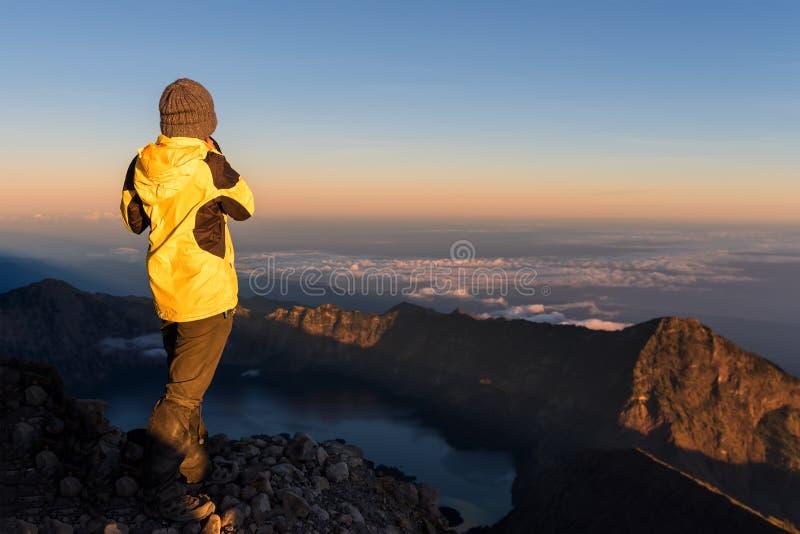 Det turist- anseendet överst av det Rinjani berget och tycker om vulkansoluppgångsikt royaltyfri bild