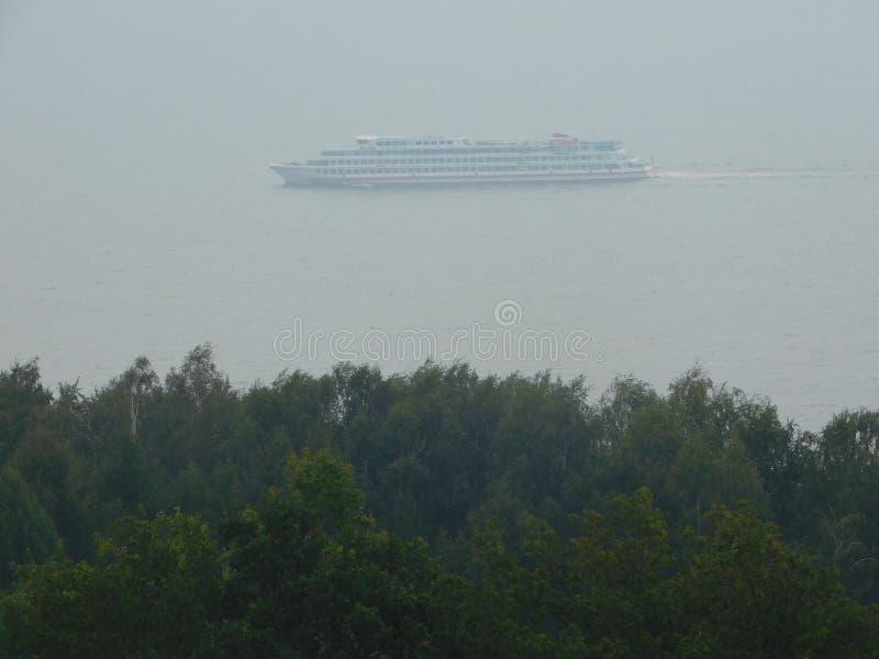 Det turist- fartyget går på en stor flod arkivbild