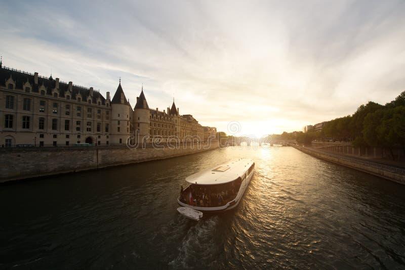 Det turist- fartyget turnerar på Seine River med härlig solnedgång i Paris royaltyfri fotografi