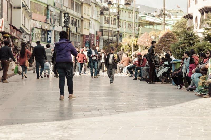 Det turist- folket som kopplar av på jul, semestrar i den upptagna MG Marg gatan arkivfoto