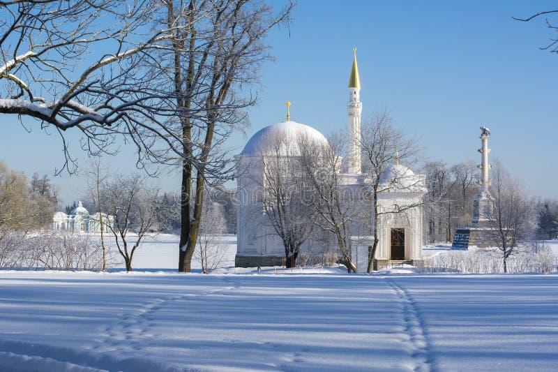 Det turkiska badet, den Chesme kolonnen och grottapaviljongen i Catherine parkerar i vintern, Tsarskoe Selo, St Petersburg, Ryssl royaltyfri bild