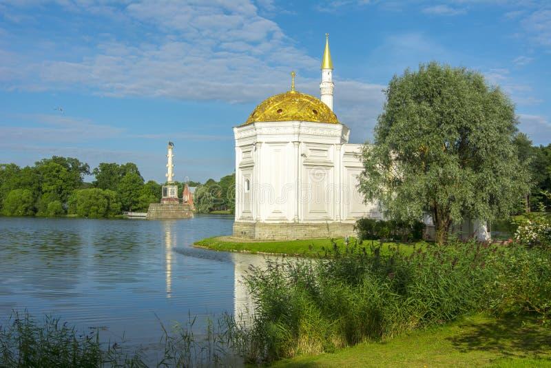 Det turkiska badet och den Chesme kolonnen i Catherine parkerar, St Petersburg, Ryssland fotografering för bildbyråer