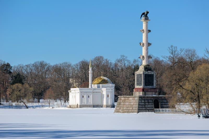 Det turkiska badet och den Chesme kolonnen i Catherinen parkerar i Pushkin, royaltyfri fotografi