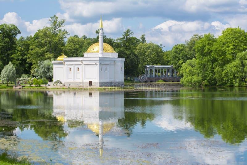 Det turkiska badet och marmorbron i Catherine parkerar, Tsarskoe Selo, St Petersburg, Ryssland royaltyfria bilder