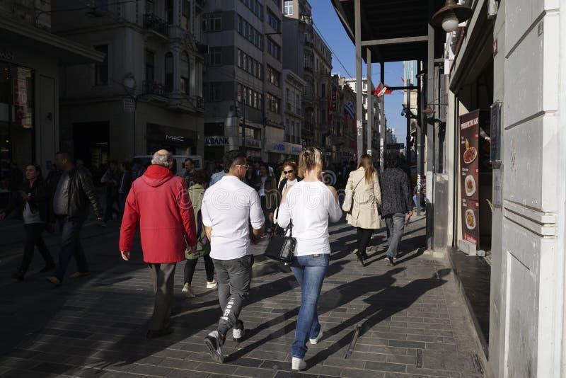 Det turkiska folket och turister går på Beyogluen Istanbul royaltyfria foton