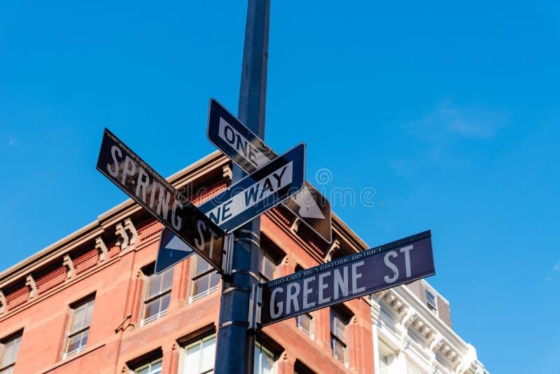 Det typiska byggnads- och gatanamnet undertecknar in New York royaltyfria foton