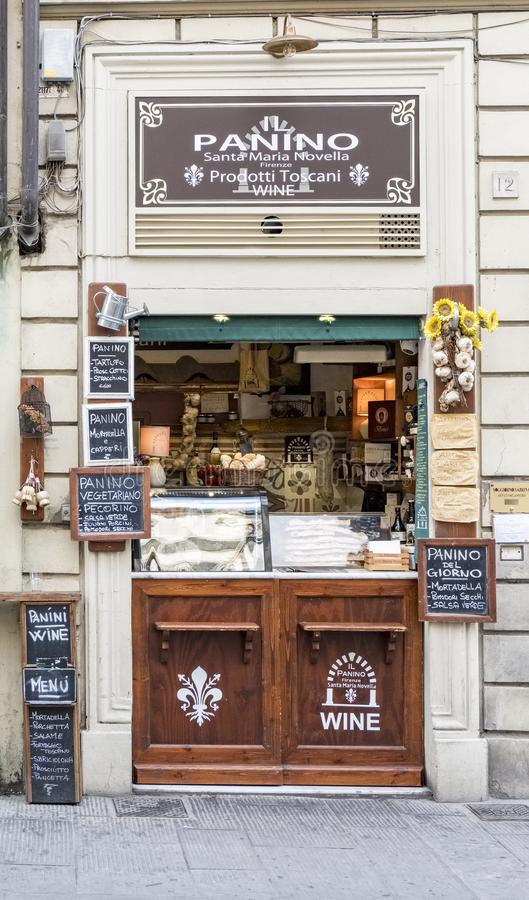 Det typiska lilla lagret kallade Panino i fyrkanten av Sata Maria Novella som säljer mat med affischer som målades med krita in arkivbild